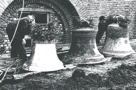 Die Glocken stehen schon einen Tag vor der Weihe geschmückt vor dem Turm bereit