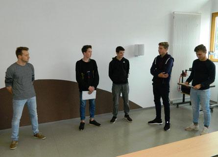 Das Schülersprecherteam verabschiedet Herrn Michel (von links nach rechts: Sebastian Michel, Till Zwang, Daniel Ovsjannikov, Paul Schulz und Denis Brest