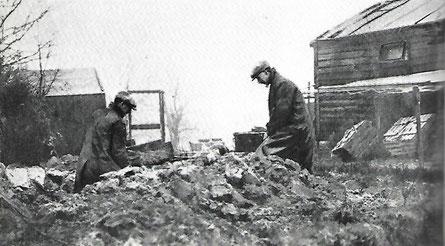 Zwei Beamte in Zivil Graben unweit von Holmes' Wohnbaracke.