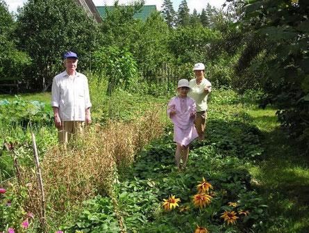 我的雙親:葉夫根尼、瓦倫蒂娜和女兒拉達,在他們的夏屋園地