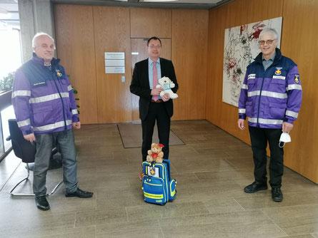 Foto: Stadt Aalen. Bernhard Richter (li.) und Jürgen Schnotz (re.) haben von OB Thilo Rentschler Unterstützung für den Freundeskreis Teddybär bekommen.