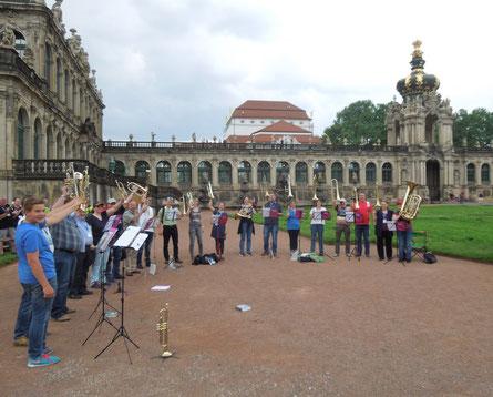 Die Posaunenchöre Aalen Schweindorf und Altenburg vor dem Zwinger in Dresden