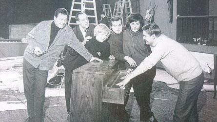 """Umzug Kabarett """"Die Wühlmäuse"""" in das Theater an der Lietzenburger Str. in Berlin. (v. L. n. R Guido Weber, Dieter Hallervorden, Rotraud Schindler, Rolf Bauer, Ilona Wiedem und Peter Falk am Piano)"""