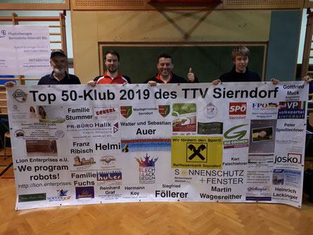 Helmut Faltinger, Martin Kinslechner, Albert Wilder und Andreas Hammerschmid mit dem neuen Top 50-Klub-Plakat beim letzten Heimspiel der Saison in Tulln.