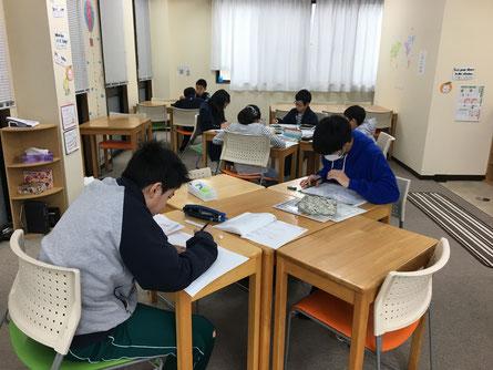 全体を入れようと思うと写真の構図が難しいですね〜 右側にも生徒はいます