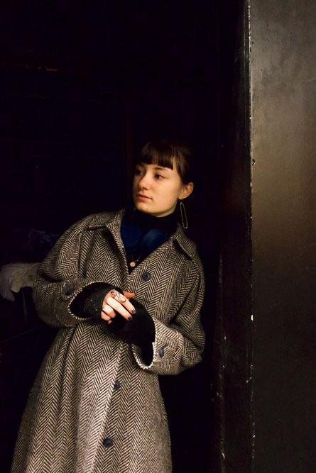 Sie denkt an bessere Zeiten. (c) Olga Music