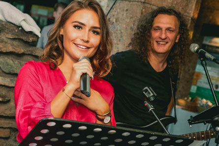 Stephanie bei einem Auftritt mit Musiker und Produzent Tommy Rakic. (c) aufgeschnappt.at
