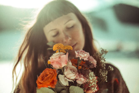Sie liebt Blumen. (c) Vida Noa
