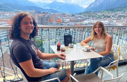 Über den Bergen. M O N A im Gespräch mit POPMAGAZIN-Redakteur Hans Jürgen Miggl. (c) Martin Haselwanter