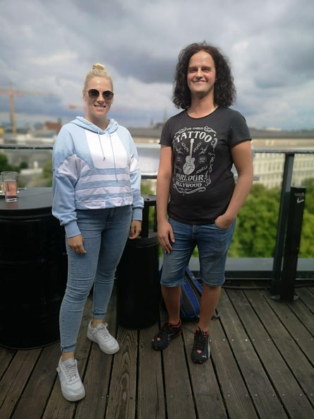 Emma-Mo beim Interview mit POPMAGAZIN-Redakteur Hans Jürgen Miggl auf der Dachterrasse des 25Hotels in Wien.