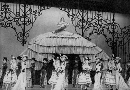七場スペインの歌 グラン・スカートの歌手 槇克己 レヴュー初の大道具と合体した衣装で。