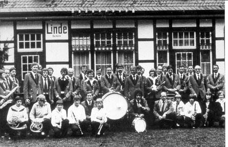 Abb. 5: Musikverein Linde e.V. 1980 vor dem Bahnhof in Bruch