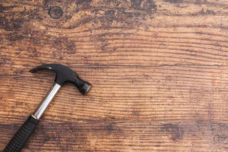 Hammer liegt auf Holz