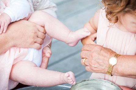 Muslimische Fußwaschung von Baby