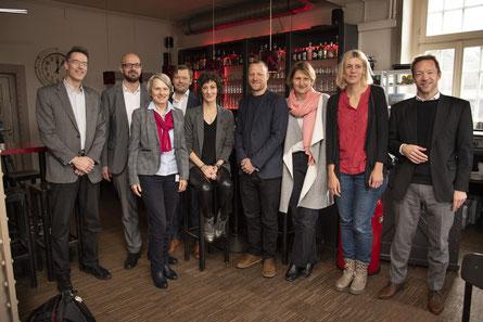 Tania Witte im Kreise von Bildungsbürgermeisterin, Jurymitgliedern und Sponsor*innen. Das Foto stammt von © Ralf Mager