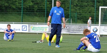 Ärger und Enttäuschung bei den Stadtlohner Spielern. Nach dem besiegelten Abstieg versuchte der scheidende Trainer Manfred Ostendorf, seine Spieler zu trösten.