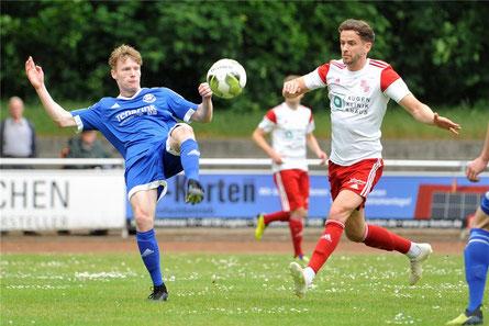 Einen Sieg im Abschiedsspiel für Eintracht Ahaus erlebte Andre Hippers (r.), hier im Duell mit Lars Sparwel