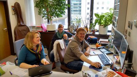Michaela, Christine und Bernhard beim BR beim Aufnahmen Sichten und Stücke für die CD aussuchen.