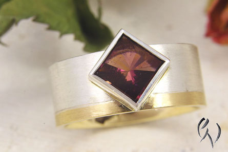 Ring Silber und Gold 750 mit quadratischem, roten Turmalin