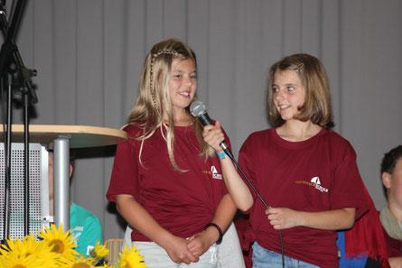 Leonie und Ida begrüßen ihre neuen Mitschüler an der Goldbachschule.