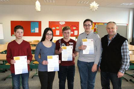 Die Sieger des Mathematikwettbewerbes erhalten von Fachleiter Johann Eisfeld die Urkunde: (v.l.n.r.) Fabiano Göbel, Lena Benner, Sascha Wege (alle 8RH2) und Luca Meyer (8RH1)