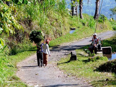 Straßenszene mit Einheimischen