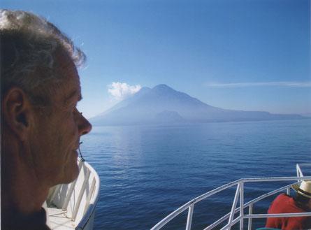 Het Heilig Meer Atitlán met de vulkanen Toliman (voor) en Atitlán