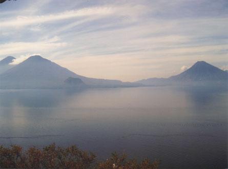 Drie vulkanen vormen de sierrand rond het Heilig Meer Atitlán.