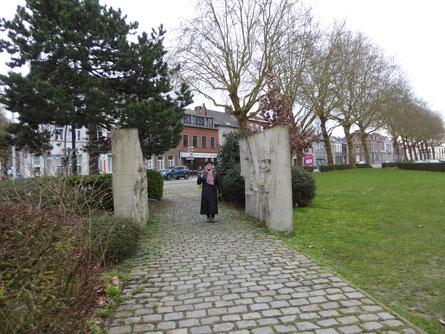Doornik - Tussen de reliëfs van het Billenniummonument 2000.