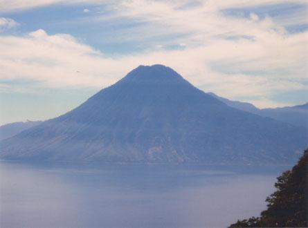 27 december 2003 - Vulkaan San Pedro bij het Heilig Meer Atitlán.