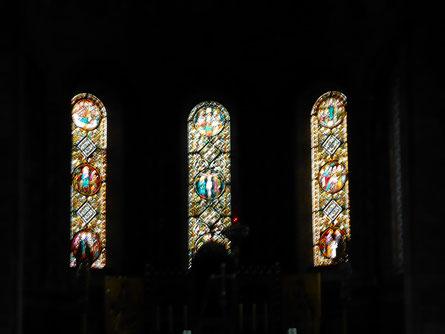 Drie lichtelijk bewogen glas-in-loodramen uit 1893 in de hoofdapsis
