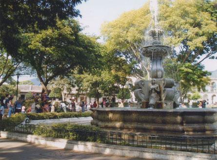 Antigua - Parque Central - De Fontein met de Sirenen.
