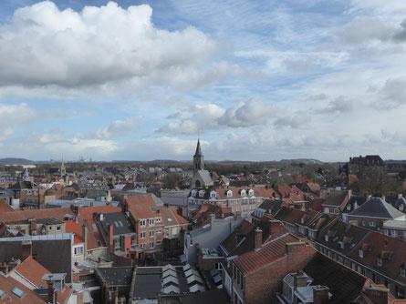 Doornik gezien vanaf het Belfort in zuidoostelijke richting ******* De Sint-Piatuskerk met aan de horizon de cementindustrie ******