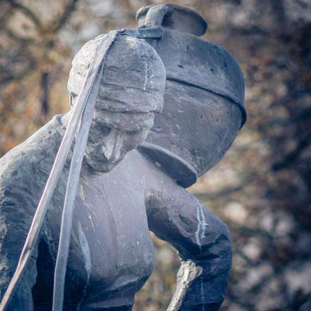 Die Skulptur La Laitière Normande in St Lô in der Normandie ist eine Nachbildung von Louis Derbré.