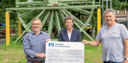 Barbara Bohner, Niederlassungsleiterin der Volksbank Oer-Erkenschwick, überreichte Markus Pliska (l.) und Volker Seemann vom Bergbaumuseum eine Spende in Höhe von 1000 Euro. © Martin Pyplatz