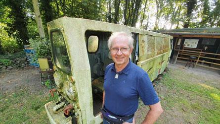 Braucht nicht nur ein bisschen Farbe: Biostation-Geschäftsführer Ludger Drescher vor der alten Grubenlok in Oer-Erkenschwick. © Michael Dittrich