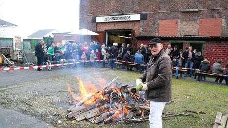 Friedhelm Buresch sorgte beim Bergbau- und Geschichtsverein am Samstagabend dafür, dass das Osterfeuer nicht ausging.© Joerg Mueller