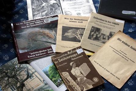 Hier nur ein kleiner Teil von Stiemerlings Bibliothek. Historische und neuere Literatur rund um die Seidenraupe und deren edle Spinnerei hat er im Laufe der Jahre gesammelt und archiviert.