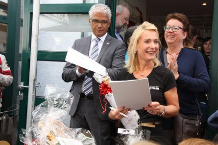 Viel Spaß bei der Verlosung hatten Oberbürgermeister A. Sridharan, U. Zwick (Mitte) und Petra Mellinghoff (li.)