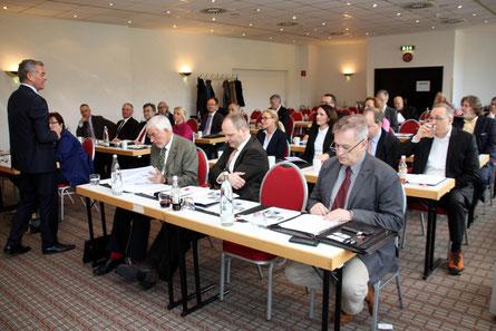 Gründer und 1. Vorsitzender des NIW, Peter Müller gibt den Mitgliedern einen Überblick über die positiven Entwicklungen der Unternehmerschule sowie der weiteren Vereinsarbeit