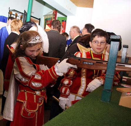 Prinz Benedikt II beobachtet seine Prinzessin genau und er kann zufrieden sein