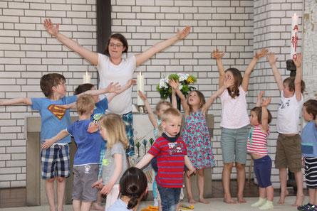 """Hier können alle Mitmachen, vom """"Schnullerkind"""" bis zum Erwachsenen: """"Kinderkirche heute"""" mit Pfarrerin Beatrix Firsching"""