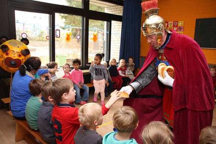 2015: St. Martin zu Besuch im Kindergarten, im Gepäck die begehrten Martinsbrote!