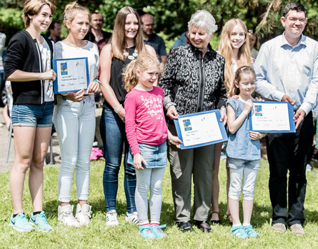 Foto: Herr Vantroyen von Bilderkunterbunt. Spendenübergabe in Alfter-Oedekoven