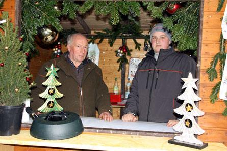 Weihnachtsbaumexperte Kurt Müller mit Enkel Tobis