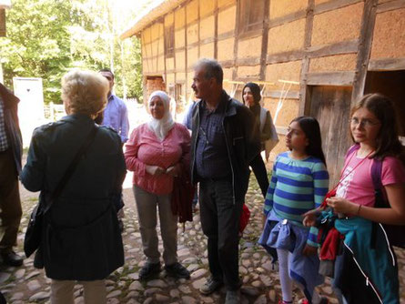 Mit Flüchtlingen im Freilichtmuseum Kommern. Ein Weg zu besserem Verständnis für die westliche Kultur.
