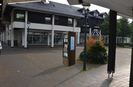 Fotomontage!: Offener Bücherschrank Am Schloßplatz in Röttgen