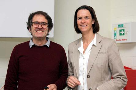 Die Koordinatorin der Berufsfindungsmaßnahmen C. Schäfermeyer gemeinsam mit Prof. Garbi, der seinen Vortrag über biomedizinische Forschung und Molekular-Immunologie in englischer Sprache hielt -ebenfalls ein Novum am Berufsinformationstag..