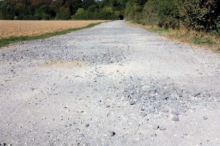 Stolperstellen für Radfahrer und Fußgänger: grober Schotter auf der Witterschlicker Allee