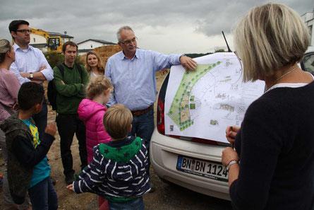 Gerd Busch und Ulrike Steffen-Marquart stellen die Planungen zum Kurfürstenspielplatz Am Hölder vor